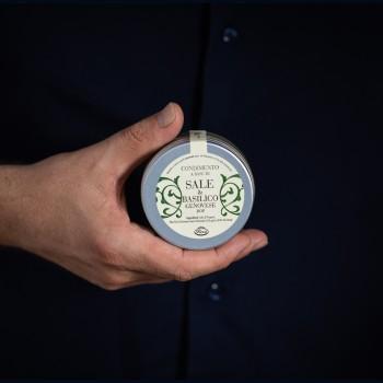 Salz mit Basilikum aus...